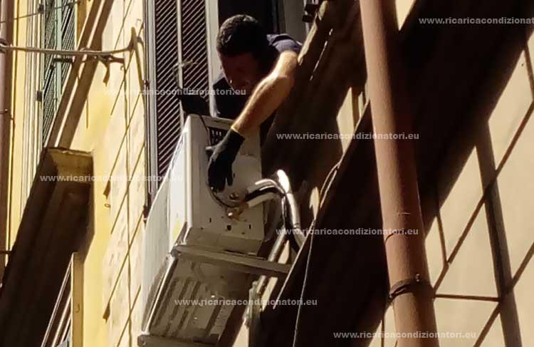 montaggio unità esterna condizionatore sotto la finestra a Roma